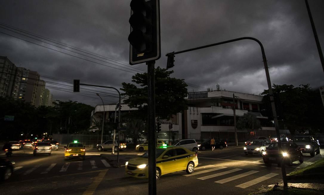 Com os sinais apagados, motoristas precisam passam por cruzamentos de trânsito com risco de acidentes Foto: Guito Moreto / Agência O Globo