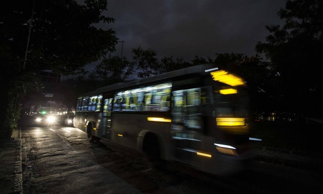 Um ônibus cruza um trecho completamente escuro da Avenida Borges de Medeiros, na Lagoa Foto: Guito Moreto / Agência O Globo