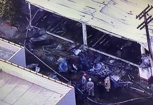 Bombeiros em área destruída no centro de treinamento do Flamengo Foto: Reprodução TV Globo