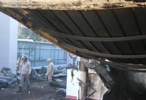 Incêndio no alojamento da base do Flamengo no Ninho do Urubu Foto: Fabiano Rocha / O Globo