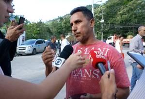 Washington Barbosa, de 45 anos, contou como o filho conseguiu escapar do alojamento em chamas Foto: Diego Amorim