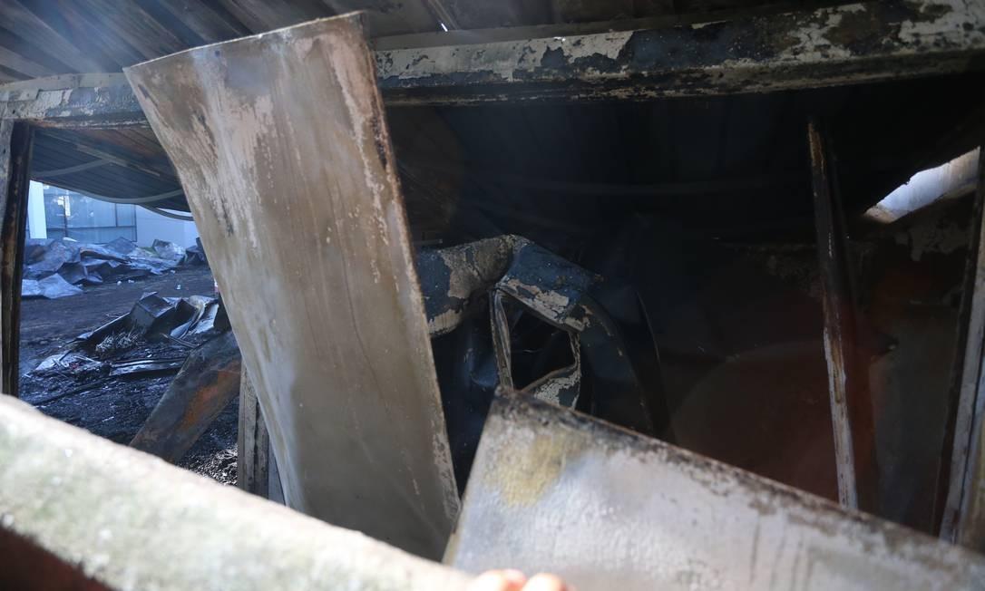 Ferros retorcidos pelo fogo que matou dez meninos da base do Flamengo enquanto dormiam no alojamento do clube   Foto: Fabiano Rocha / Agência O Globo