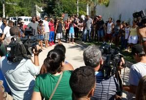 Pais e amigos de jogadores de base fazem uma oração em frente ao Ninho do Urubu Foto: Diego Amorim