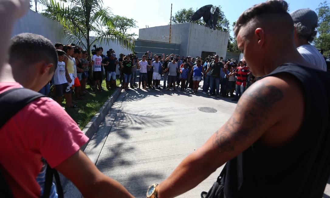 Torcedores, parentes e amigos se unem em uma corrente de oração pelas vítimas do incêndio que matou dez pessoas | Foto: Fabiano Rocha / Agência O Globo