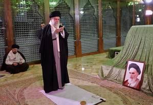 Líder supremo do Irã, aiatolá Ali Khamenei reza em mausoléu de fundador da República Islâmica, aiatolá Ruhollah Khomeini Foto: HO 30-01-2019 / AFP