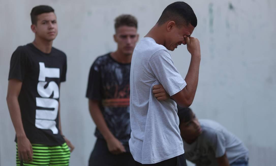 Perplexidade e dor de quem chega à porta do CT em busca de informações | Foto: RICARDO MORAES / REUTERS