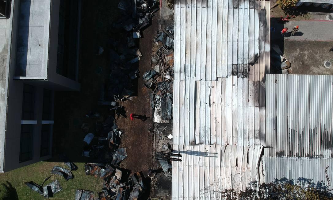 Visto de cima, o alojamento atingido por incêndio de grandes proporções no CT do Flamengo | Foto: Pablo Jacob / Agência O Globo