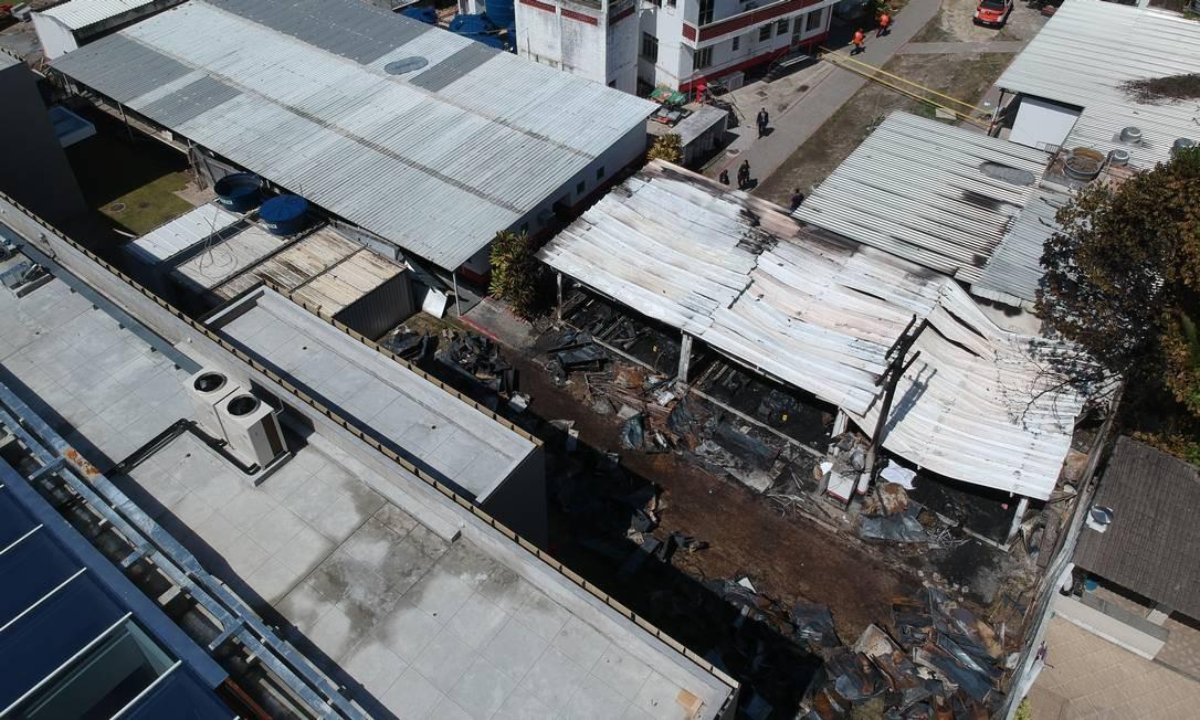 Vista aérea do alojamento atingido pelas chamas onde jovens da base do clube dormiam   Foto: Pablo Jacob / Agência O Globo