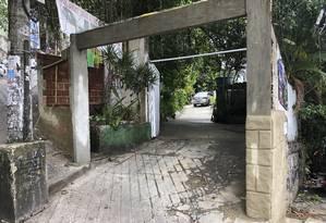 O portão da Casa del Angel foi deslocado para impedir que a área fosse ponto de troca de tiros Foto: Adalberto Neto