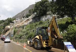 Funcionários da prefeitura tentam liberar a Avenida Niemeyer, após deslizamento de terra que deixou mortos Foto: Antonio Scorza / Agência O Globo