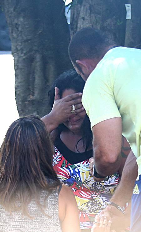 A dor da notícia, uma mãe se desespera quando sabe da morte de seu filho   Foto: Fabiano Rocha / Fabiano Rocha