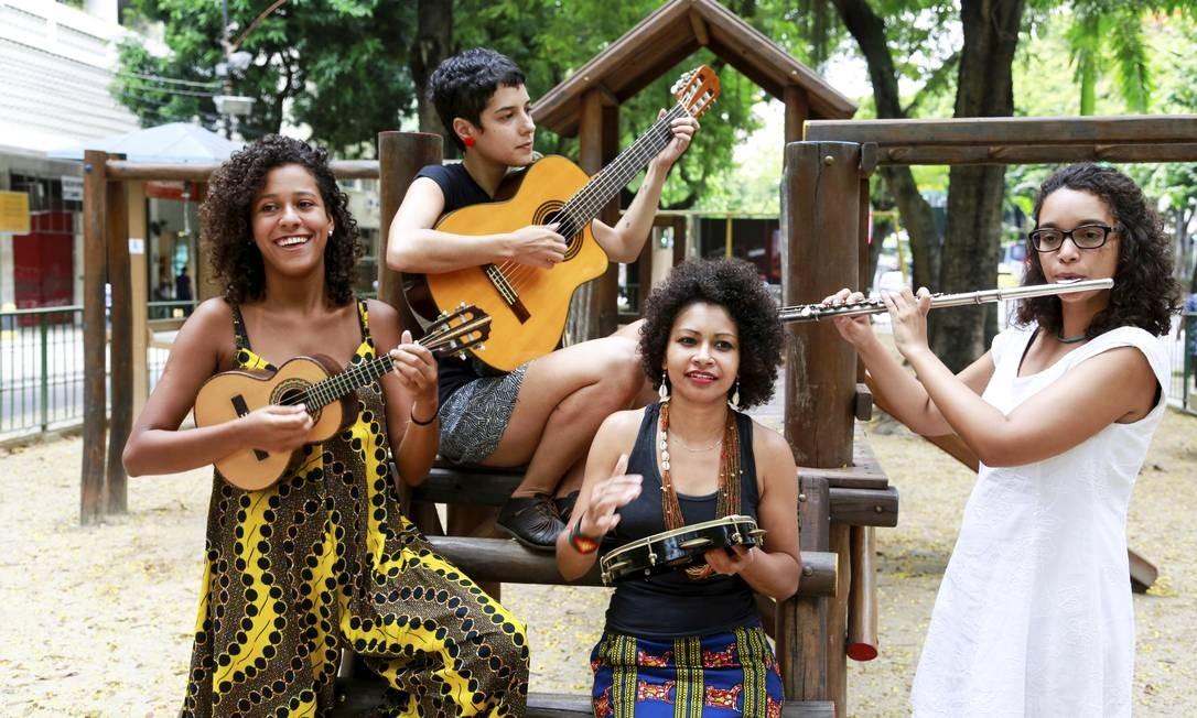 Chora Quarteto. Grupo quer contribuir para maior participação feminina nas rodas de choro: Geiza Carvalho (à frente), Carolina Chaves (à esquerda), Laila Aurore e Bia Nascimento Foto: Marcos Ramos