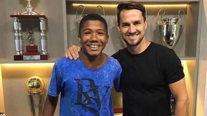 Vitor posa ao lado de Sávio, seu empresário Foto: Reprodução