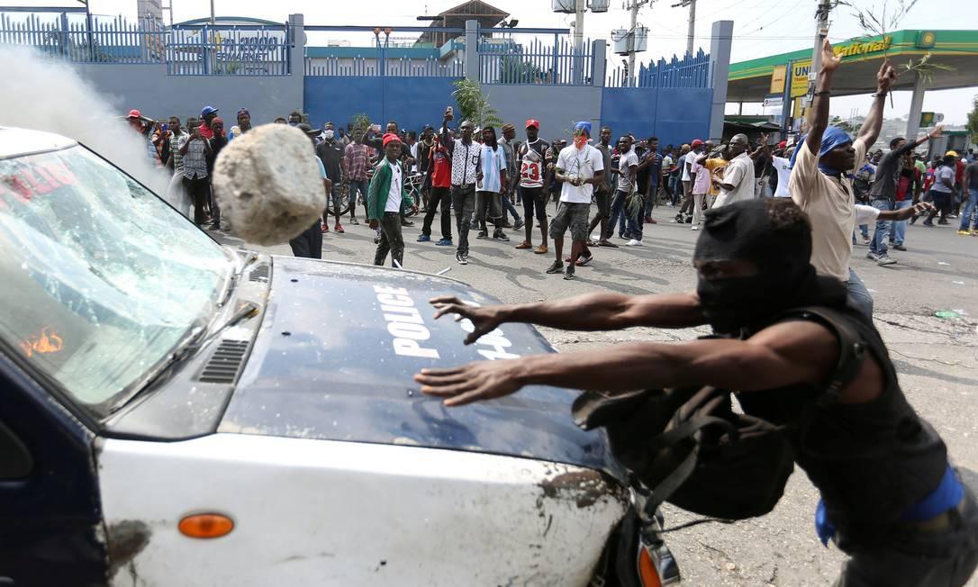Pedra lançada contra policias em Porto Príncipe; confrontos entre grupos radicais e agentes do governo deixou mortos e feridos na capital haitiana Foto: Jeanty Junior Augustin / REUTERS