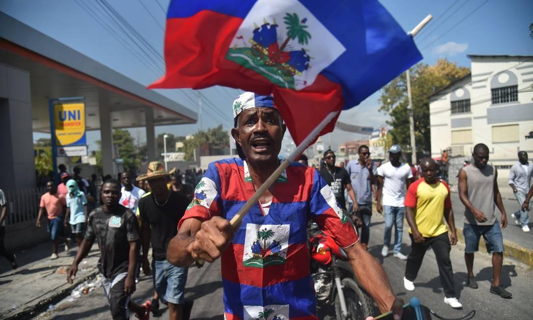 Manifestantes nas ruas de Porto Príncipe, a capital do Haiti; protesto pedia renúncia do presidente Jovenel Moïse por insatisfação popular com economia e corrupção Foto: HECTOR RETAMAL / AFP