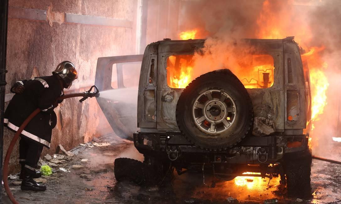 Violência em jornada de protestos deixou carro queimado na capital do Haiti; marchas marcaram aniversário de queda da ditadura Duvalier, que governou país durante 28 anos Foto: JEANTY JUNIOR AUGUSTIN / REUTERS