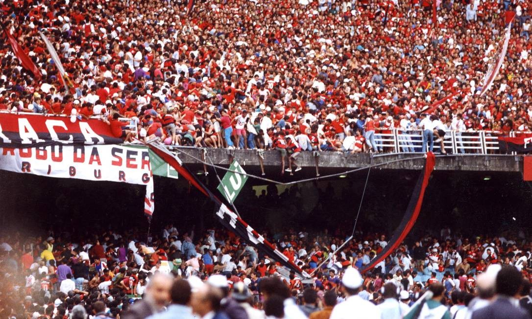Outro episódio trágico na história do futebol brasileiro, mas envolvendo torcidas, deu-se com a queda de parte da grade da aqrquibancada do Maracanã durante a final do Campeonato Brasileiro em 19 de julho de 1992, disputada entre Botafogo e Flamengo. Diversas pessoas caíram, atingindo torcedores que se encontravam estavam embaixo. Três morreram e 90 ficaram feridas. O acidente forçou o fechamento do estádio por sete meses. Após reforma, o Maraca teve sua capacidade reduzida de 200 mil para 100 mil lugares | Foto: Guilherme Bastos / Agência O Globo