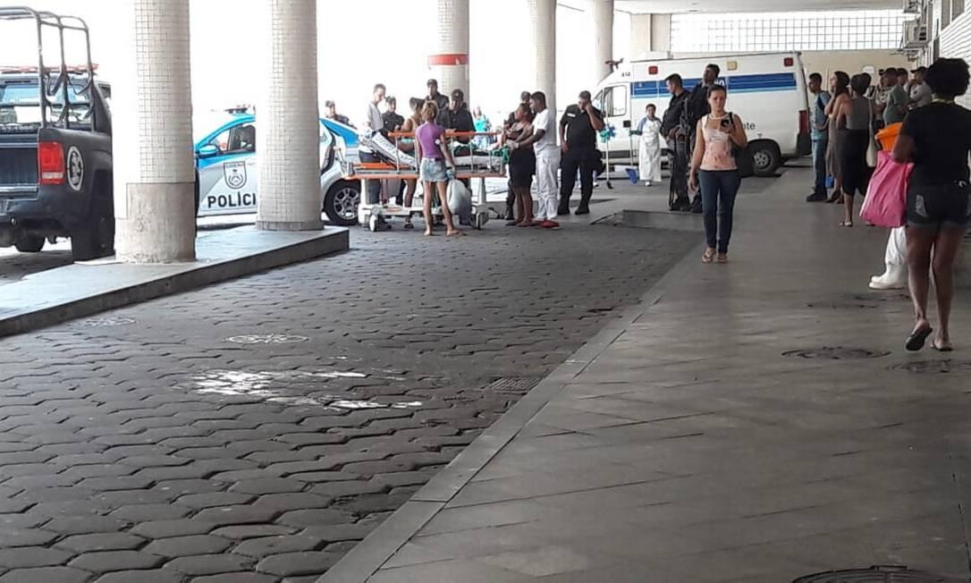 Baleado na operação chega em carro da PM ao Souza Aguiar Foto: Saulo Pereira Guimarães / Agência O Globo