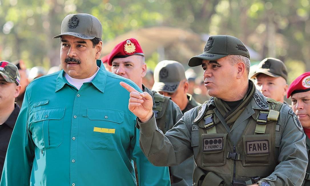 Maduro e Padrino López em evento militar. O ministro da Defesa controla a estatal petrolífera PDVSA e a distribuição de alimentos e remédios Foto: HANDOUT / REUTERS