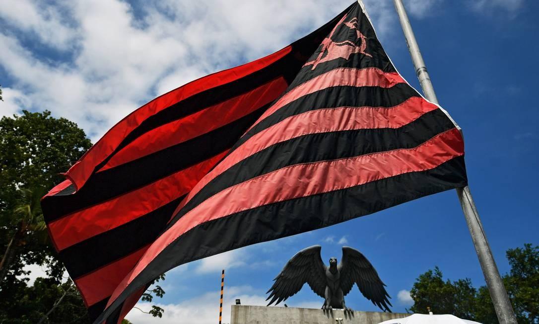 A bandeira do clube é vista a meio mastro no CT, em Vargem Grande, Zona Oeste do Rio de Janeiro   Foto: CARL DE SOUZA / AFP
