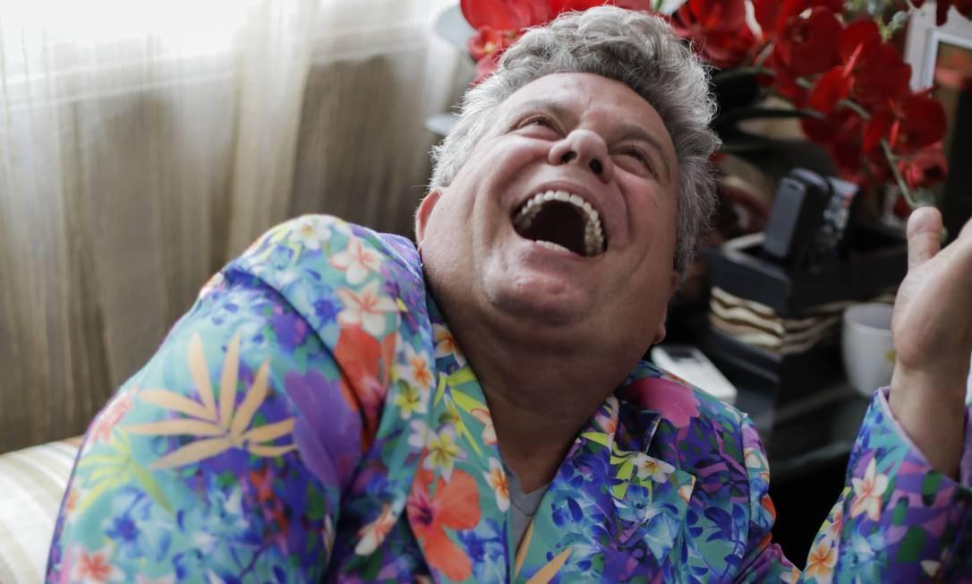 Alegria e cor. O carnavalesco em seu apartamento, na Rua Santa Clara: decoração remete à cultura popular Foto: GABRIEL MONTEIRO / Agência O Globo
