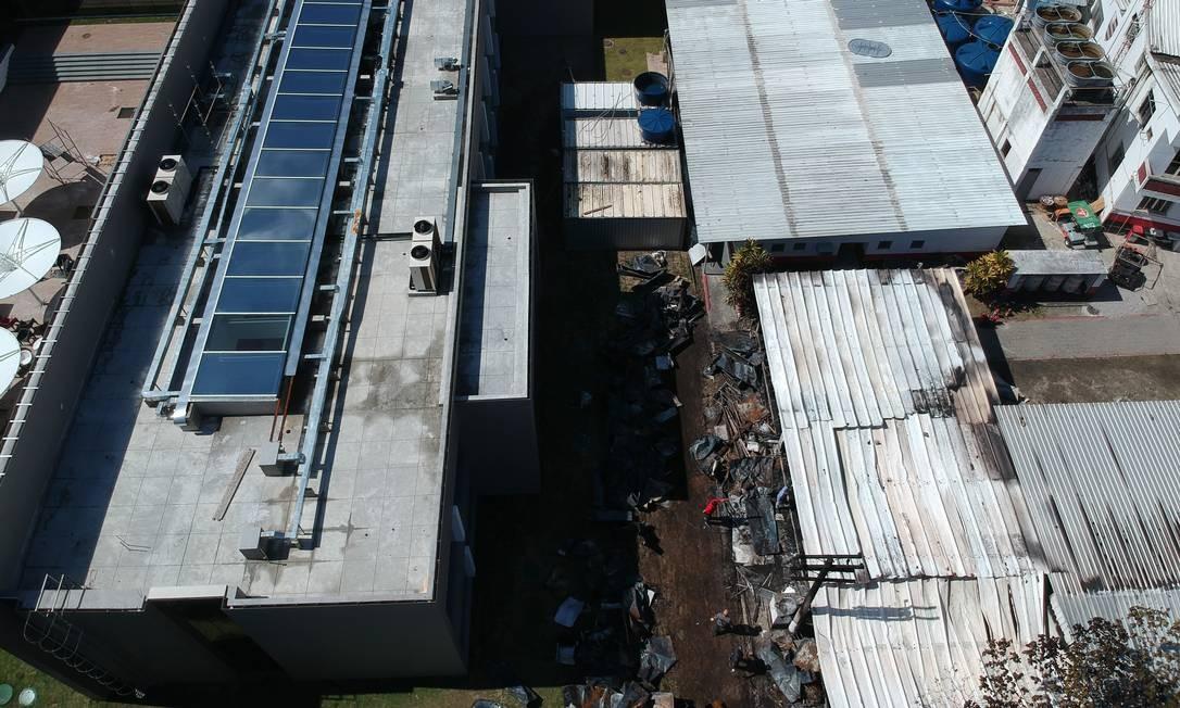 Na parte inferior direita da imagem, o alojamento do Centro de Treinamento do Flamengo após o incêndio desta sexta-feira. Atletas da categoria de base do clube dormiam quando as chamas tomaram o local   Foto: Pablo Jacob / Agência O Globo