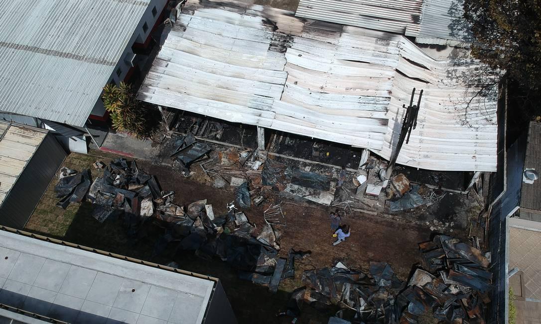 Cenário de destruição. Do alto, é possível ver vários armários do alojamento que ficaram retorcidos pelo calor das chamas   Foto: Pablo Jacob / Agência O Globo