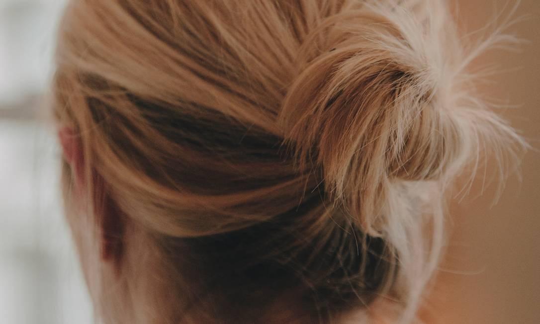 Segundo o cabeleireiro francês David Mallett dormir de coque é uma maneira de controlar o volume sem abusar de produtos Foto: NATHAN BAJAR / NYT