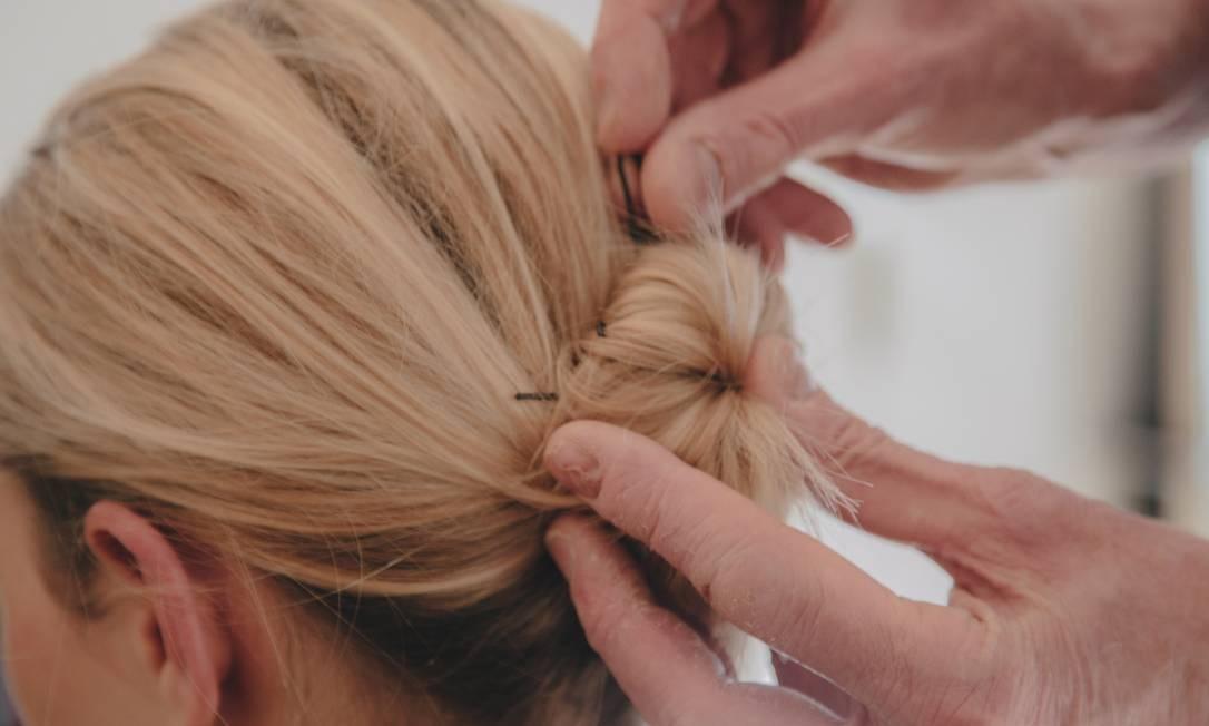 David Mallett recomenda prender o cabelo com grampos. Dormir com os fios presos por um elástico não é uma boa ideia Foto: NATHAN BAJAR / NYT