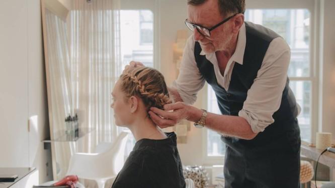 O cabeleireiro francês David Mallett dá três dicas fáceis para deixar o cabelo no lugar rapidamente.Segundo ele, as francesas apostam nessas soluções caseiras no lugar de produtos caríssimos Foto: NATHAN BAJAR / NYT