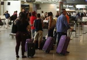 Passageiros no Galeão Foto: Antonio Scorza/Agência O Globo/05-04-2018
