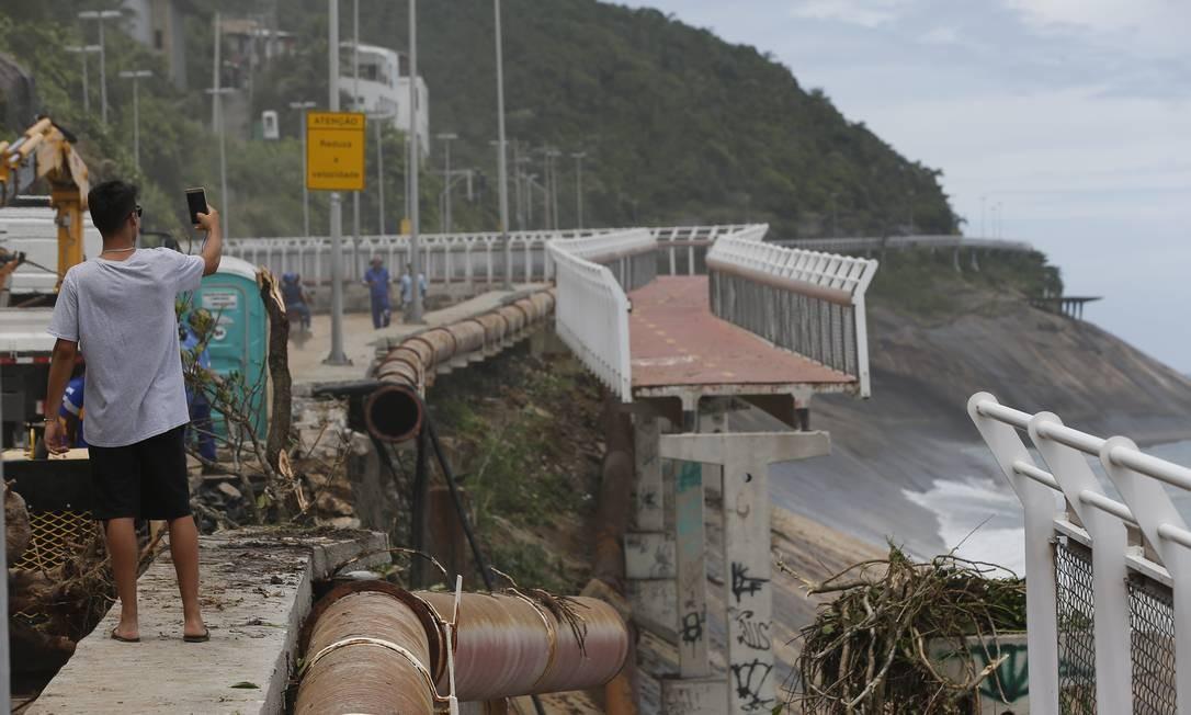 Três anos depois, ciclovia Tim Maia tem mais um trecho arrastado para o mar Foto: Pablo Jacob / Pablo Jacob