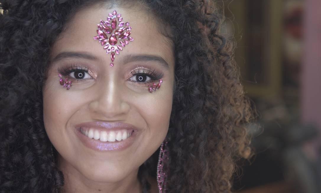 TP Beauty Lounge: Marcio Sanchez usou glitter no canto interno dos olhos e, para dar ênfase às pedras, valorizou o contorno superior das sobrancelhas e da região central da testa Foto: Divulgação/Guga Dannemann