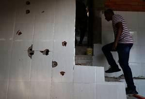 Em casa onde traficantes foram mortos, há várias marcas de tiro Foto: PILAR OLIVARES / REUTERS