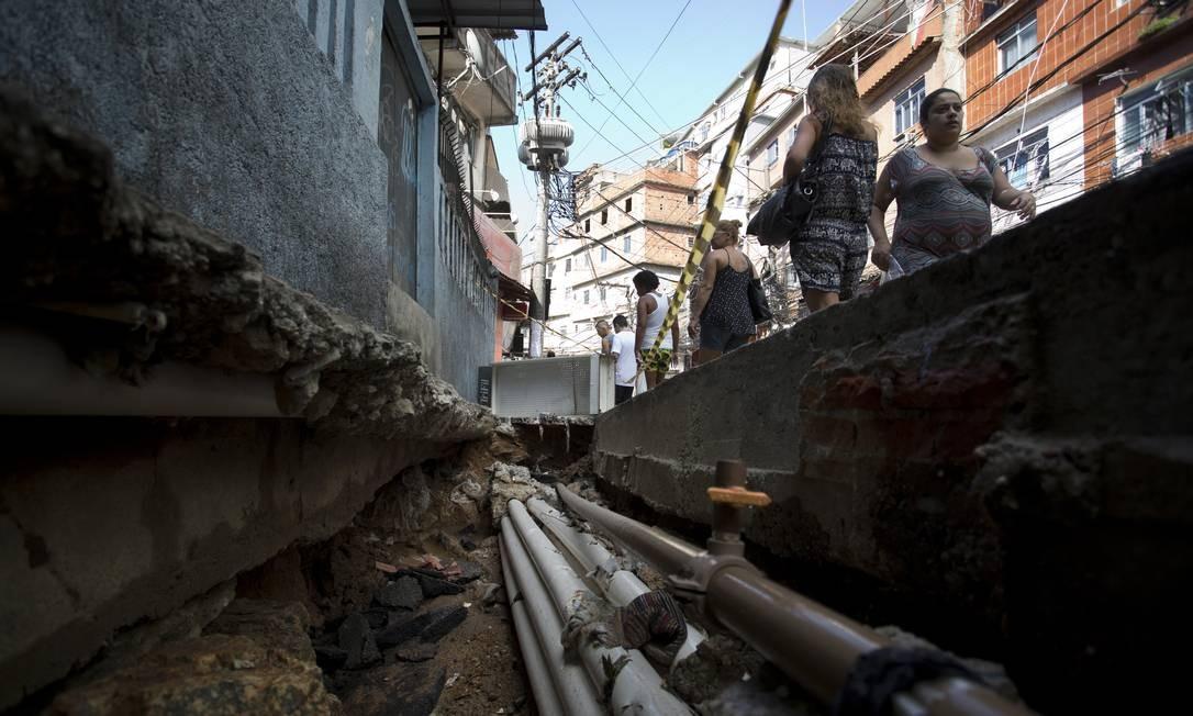 O buraco, num dos acessos à Rocinha, na Estrada da Gávea, expõe o abandono que vive a comunidade Márcia Foletto / Agência O Globo