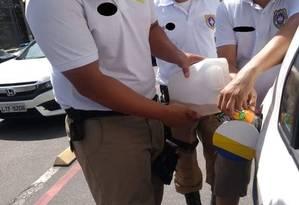 Após pane seca, agentes põem gasolina em carro oficial com dinheiro do próprio bolso Foto: Divulgação / Divulgação