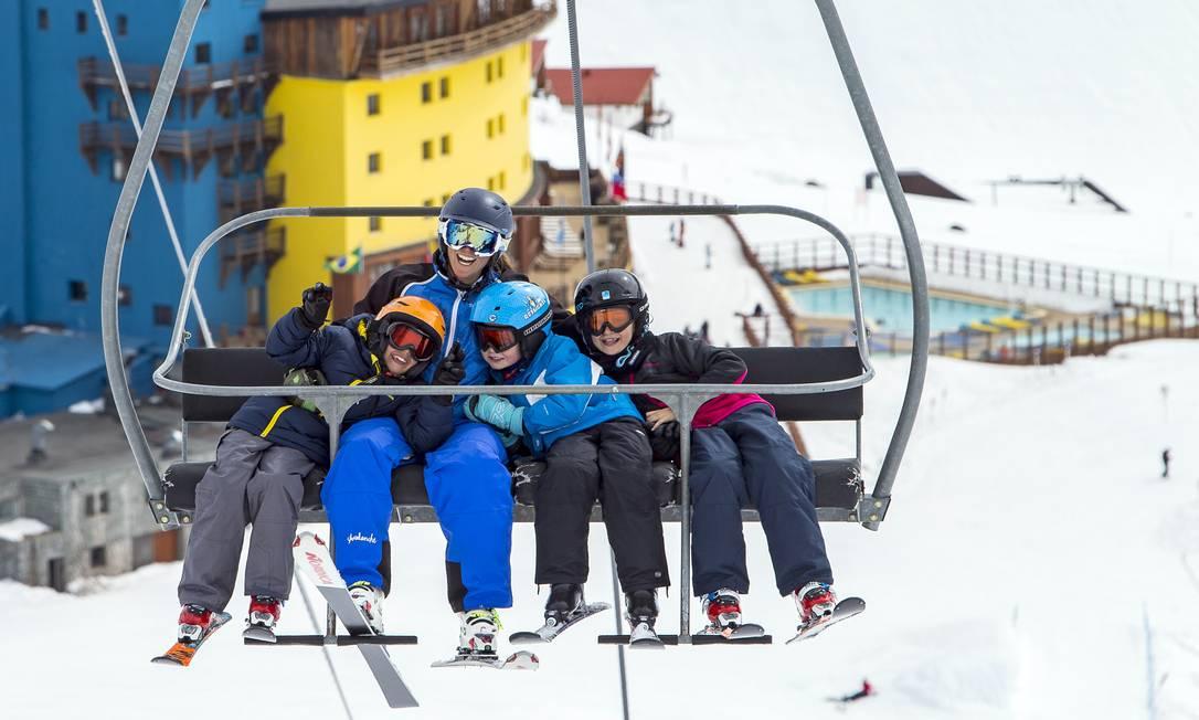 Instrutora e alunos da escola de esqui para crianças em Portillo, no Chile Foto: Divulgação