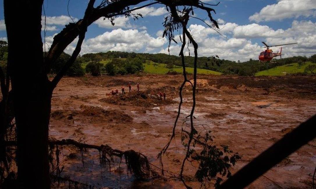 Bombeiros fazem resgate de corpos em Brumadinho Foto: Daniel Marenco / Agência O Globo