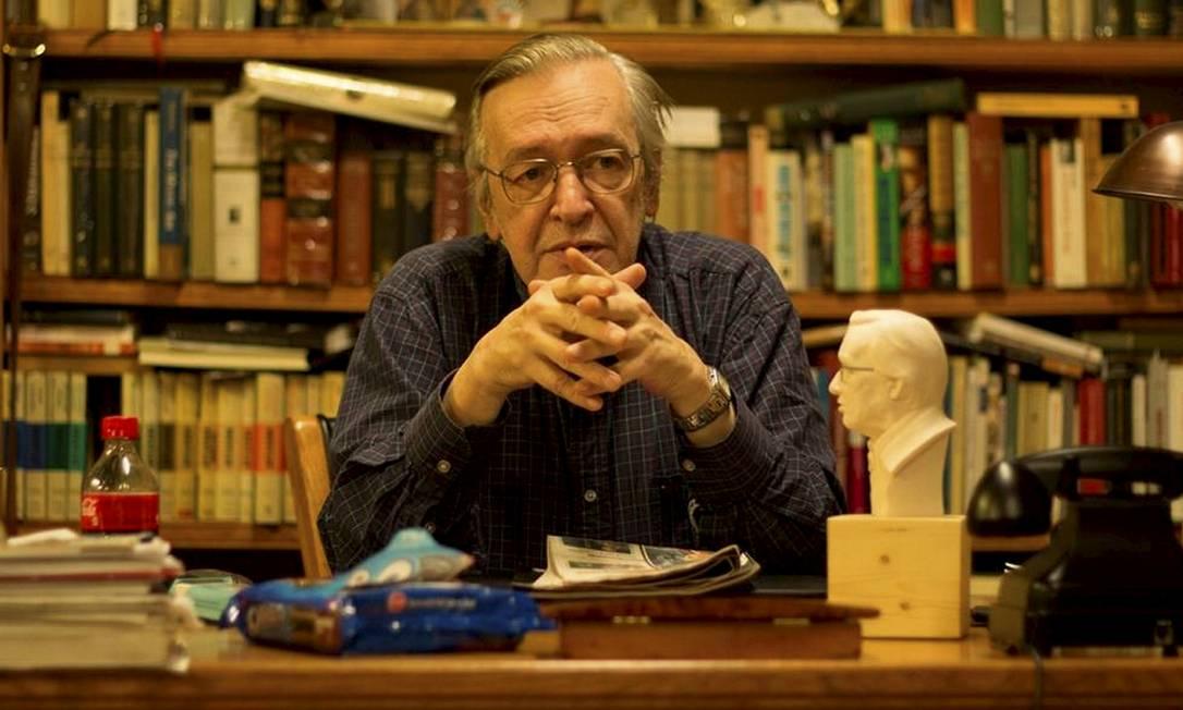 Olavo de Carvalho em seu escritório: ele oferece 14 cursos avulsos e outros aprofundados em seu site, ao custo de R$ 60 mensais Foto: Agência O Globo