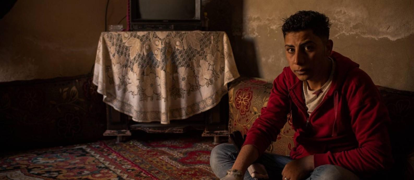 Abed Shebab, de 19 anos, e a prótese improvisada: jovem de Raqqa que teve a mão decepada pelo Estado Islâmico adaptou a mão de um manequim de loja ao seu pulso Foto: Yan Boechat