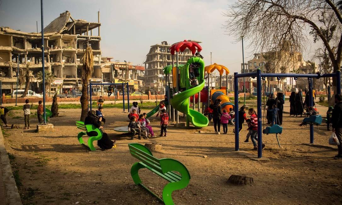 Parques de Raqqa, na Síria, ganharam brinquedos para as crianças. Mas as marcas da guerra estão por todos os lados. Mais 85% das construções foram destruídas nas batalhas contra o Estado Islâmico Foto: Yan Boechat