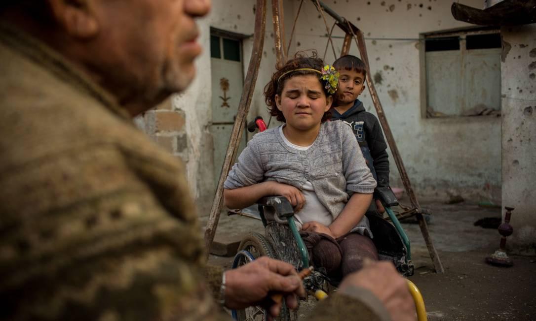 Fatimah, de 10 anos, perdeu a perna durante o ataque aéreo que matou sua mãe e três irmãs em Raqqa Foto: Yan Boechat