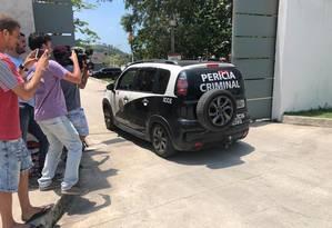 Carro da perícia da polícia civil no Ninho do Urubu Foto: Diogo Dantas / O Globo