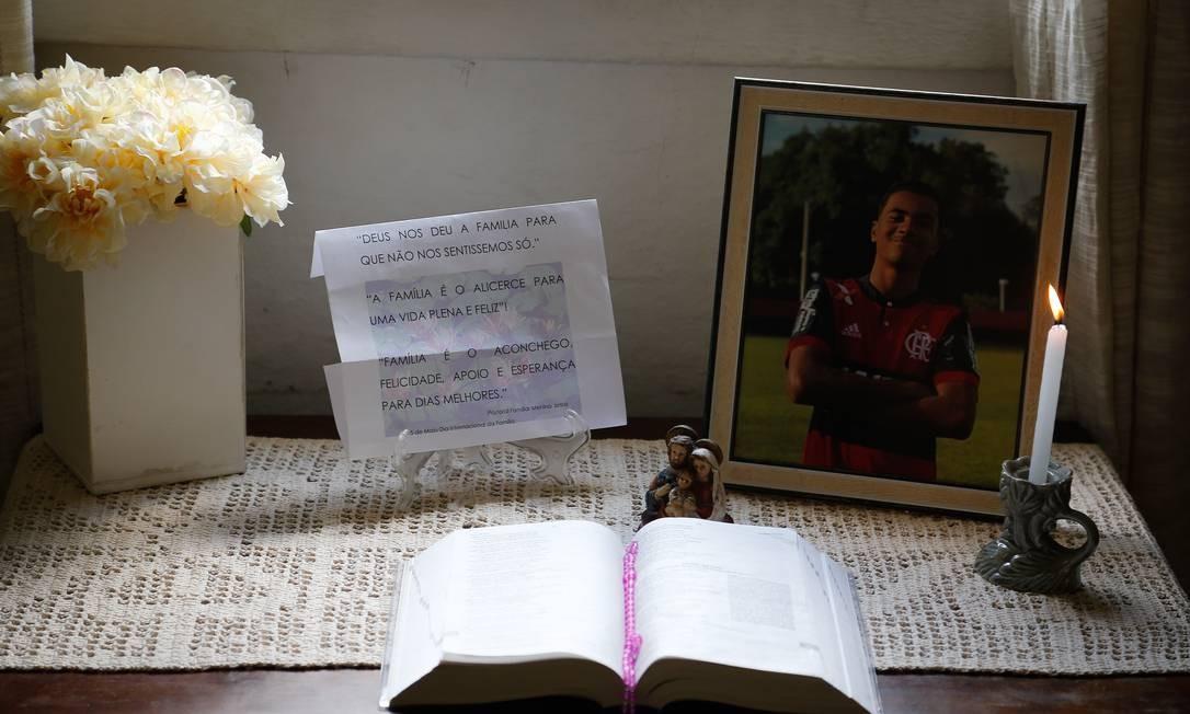 A familia acendeu velas e colocou a foto do atleta junto a Biblia e a uma oração Foto: Pablo Jacob / Agência O Globo