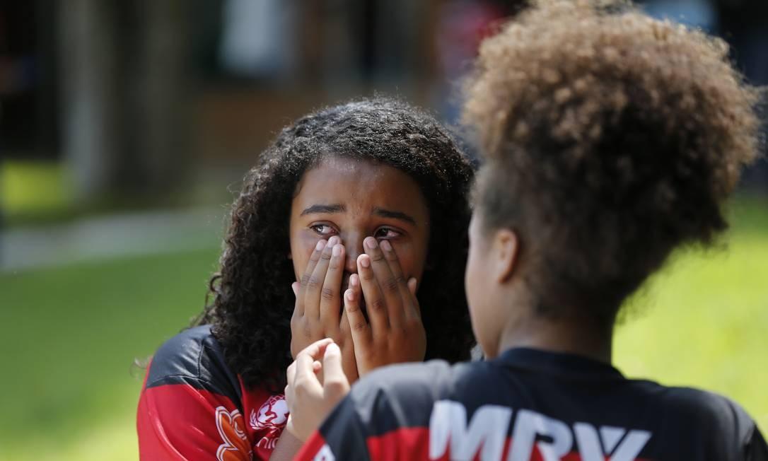 Menina chora a morte do zagueiro Foto: Pablo Jacob / Pablo Jacob