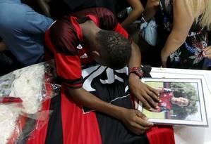 Parentes e amigos lamentam em velório de Arthur Foto: Pablo Jacob