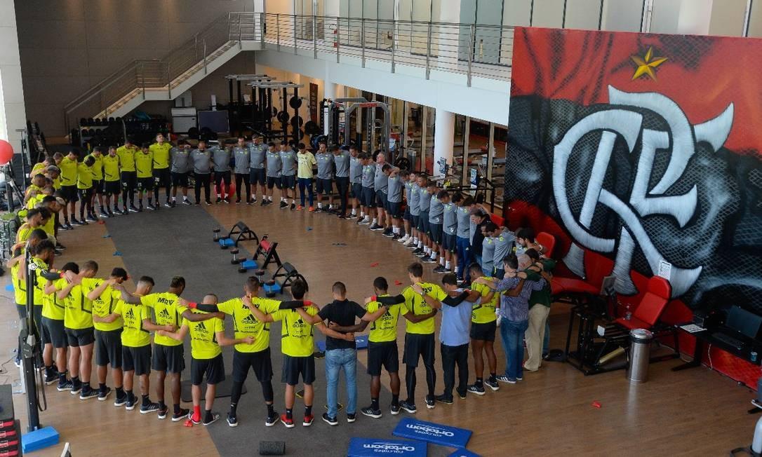 Jogadores do Flamengo fizeram um círculo para rezar pelas vítimas do incêndio durante treino neste sábado no Centro de Treinamento Foto: Alexandre Vidal/Flamengo