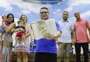 Na Igreja Cristã Contemporânea, em Madureira, o pastor Marcos Gladstone faz pregações com especial atenção a gays, como ele próprio; ao seu lado, os casais Danielle e Paula, com seus bebês gêmeos, e Dalton e Laércio Foto: GABRIEL MONTEIRO / Agência O Globo