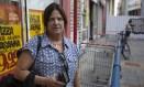 Suely Rodinho sempre faz as contas para garantir que compre a embalagem mais barata Foto: Alexandre Cassiano / Agência O Globo