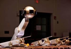 Criado para tocar marimba, o robô Shimon aprendeu a improvisar no instrumento, estimulado por inteligência artificial Foto: Divulgação/Instituto de Tecnologia da Geórgia